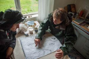 Björn lägger ut en gammal karta från 1661 på köksbordet och börjar berätta.