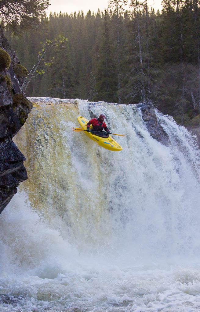Lars Larsson förstapaddlar sjumetersfallet på Helgåa