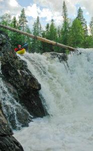 Lars förstapaddlar Stockfallet på Gräftån i Jämtland
